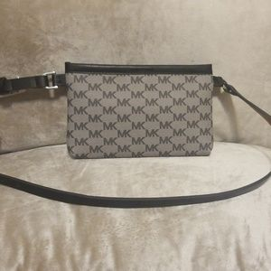 📍Michael Kors Blk & Gray Belt Bag